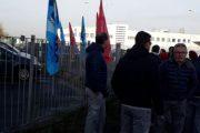 Finale Emilia (Mo): i lavoratori di Jcolors manifestano davanti alla nuova fabbrica