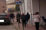 Bondeno (fe): lunghissime file di persone in strada per ore, per accedere alla Posta