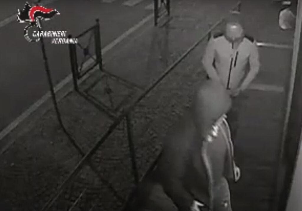 Utilizzavano carte di credito rubate dai CMP di Poste Italiane: maxi arresti